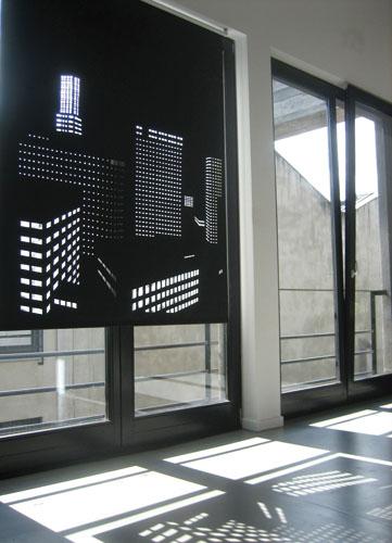 外光を利用して窓の景色をビル郡に変えるロールスクリーン