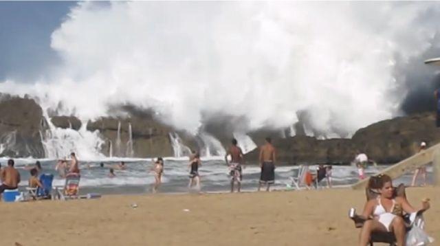 【動画】プエルトリコにある岩石の壁に囲まれたビーチへ押し寄せる波が半端ない!