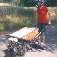 【動画】手押し車にエンジンを搭載した「手押さない車」