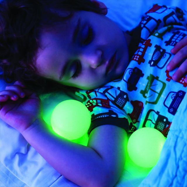 手にとって好きなところに置ける球体ランプ「Boon Color-Changing Portable Nightlight」