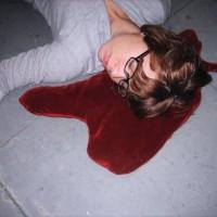 「寝てません、死んでるんです」居眠りを事件に変える血溜まりみたいな枕「Blood Puddle Pillow」