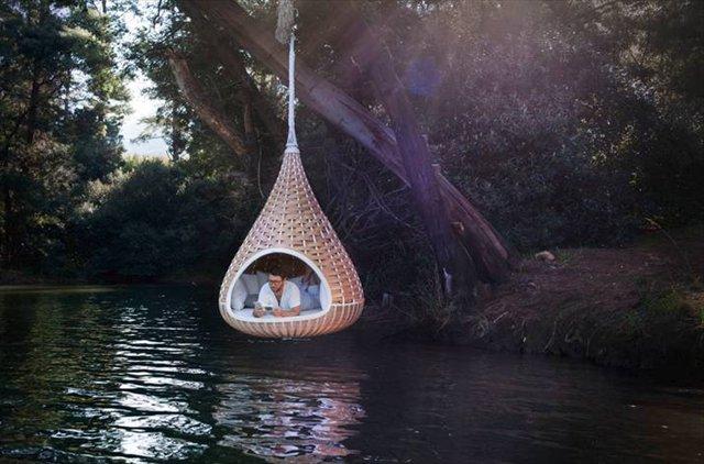 ぶら下げると鳥の巣みたいになるシェルター「Nestrest Hanging Pod」
