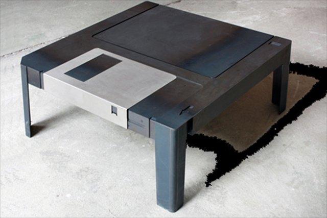 なんだか懐かしい巨大なフロッピーディスク型のテーブル