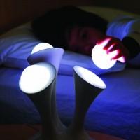 手にとって好きなところに置ける「Boon Color-Changing Portable Nightlight」という球体ランプの発想とデザインが素敵でした。