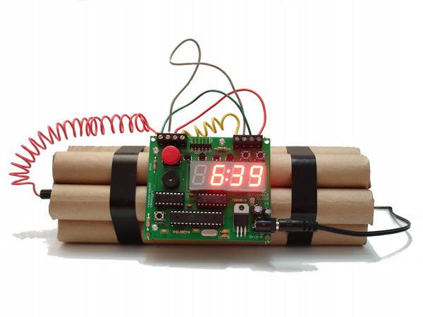 起きなければ死ぬんじゃないか?と思わせてくれる目覚まし時計「Defusable Bomb Alarm Clock」