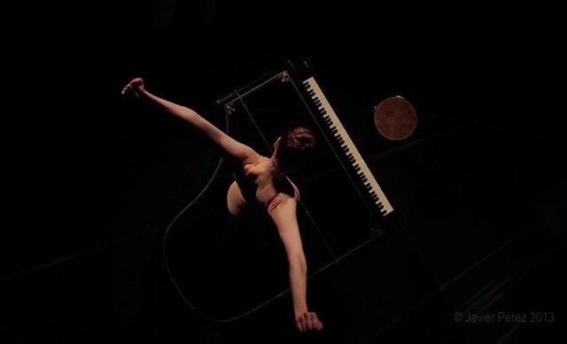 グランドピアノの上で踊る「ナイフが装着されたトウシューズ」の姿が危険で美しい(動画あり)