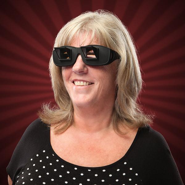 寝ながら首を曲げずにTVを観ることができる画期的な眼鏡「Lazyglasses」