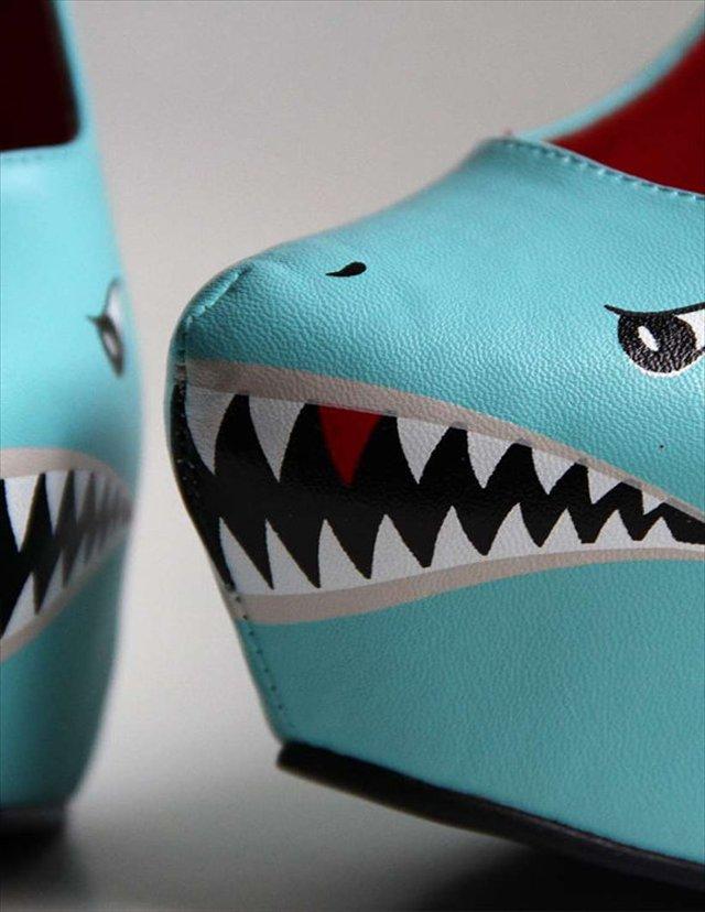肉食女子向け?かなーりサメなデザインのパンプス