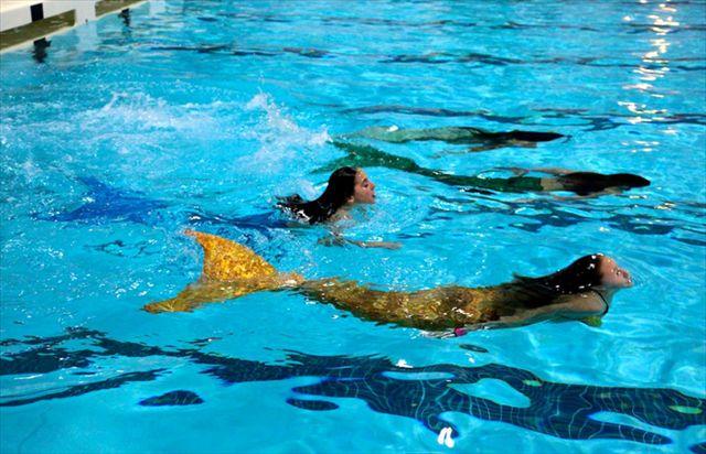【動画あり】人魚になれるマリンスーツ「Functional Mermaid Tails」の完成度が凄い!