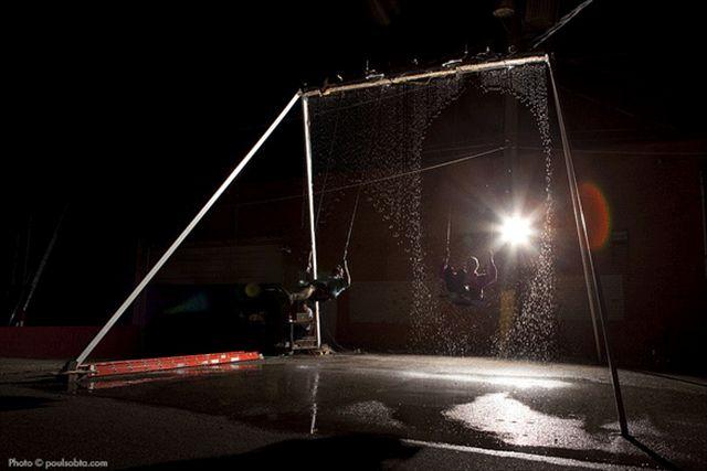 【動画あり】滝に空いた穴を潜り抜けるような素敵なブランコ「Waterfall Swing」