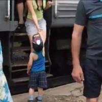 【動画】ロシアの列車の乗客を和ませた可愛いお出迎え