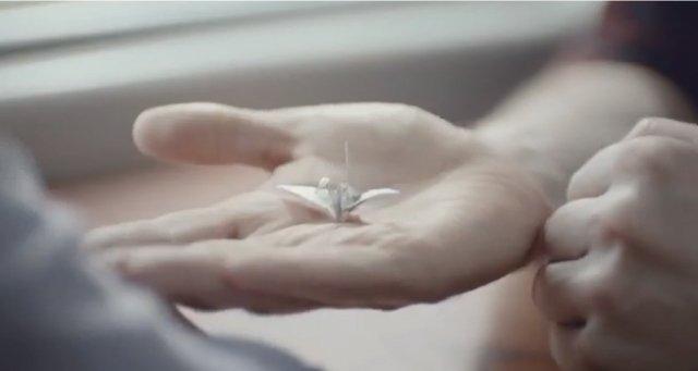 ガムの包み紙で作った折り紙の鶴に込められた想い、海外のガムのCMが感動的