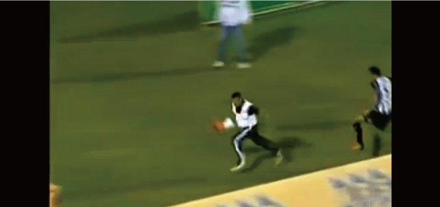 【動画】守護神はマッサージ師!?サッカーの試合に乱入してスーパーセーブを連発!そして逃走w