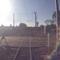 【動画】完全に列車に轢かれたように見えた男性が奇跡的に助かった瞬間の映像