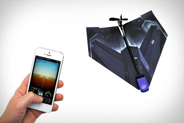紙飛行機に装着するとiPhoneで操縦できるラジコンになる「iphone Controlled Paper Airplane」が凄い!