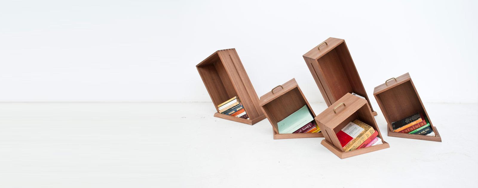 地面に穴が空いているように見える本棚「Hole In The Floor Bookcase」