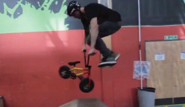 【動画】これは凄い!!子供用自転車でBMXのトリックをキメまくり