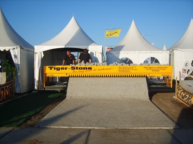Twitterで話題のレンガ敷き詰めマシーン「Tiger Stone」について調べてみた ※動画あり