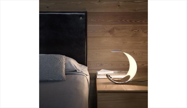三日月みたいなお洒落なテーブルランプ「Curl LED Table Lamp」