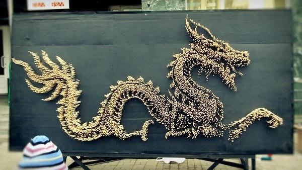 10000本の箸を壁に突き刺して作られた巨大な龍の彫刻