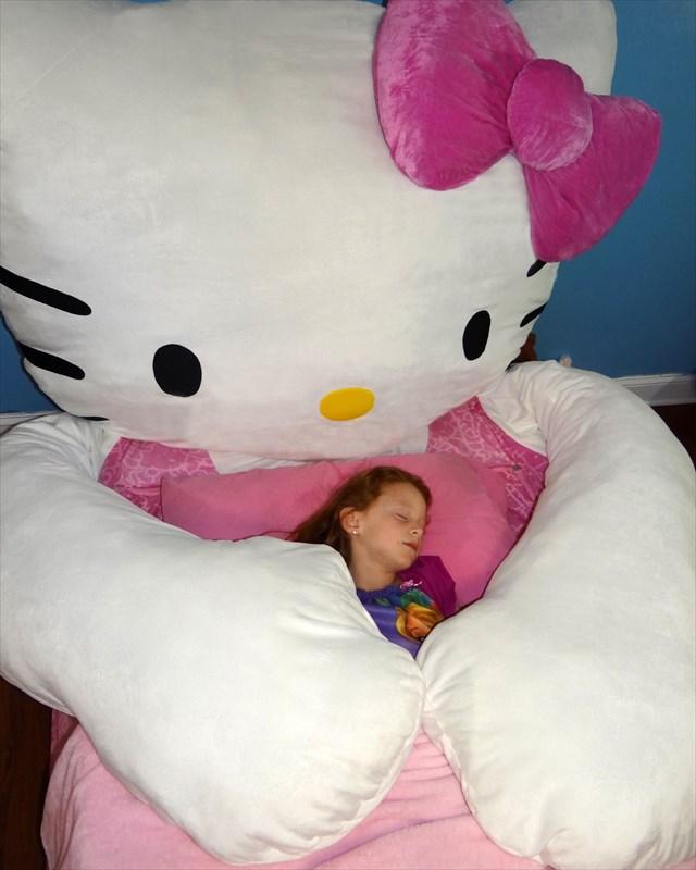 デカ過ぎてなんか怖いよ!超巨大なキティちゃんベッド