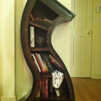 異空間に迷い込んだような気分になれるグニャグニャに曲がりくねった本棚