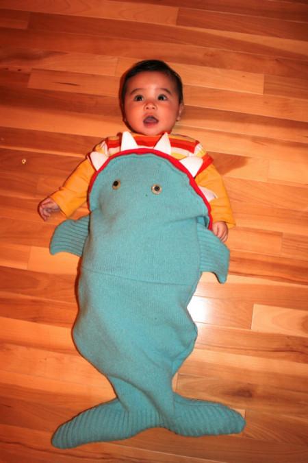これは可愛いwww赤ちゃんが変な魚に噛り付かれているように見えるベビー服