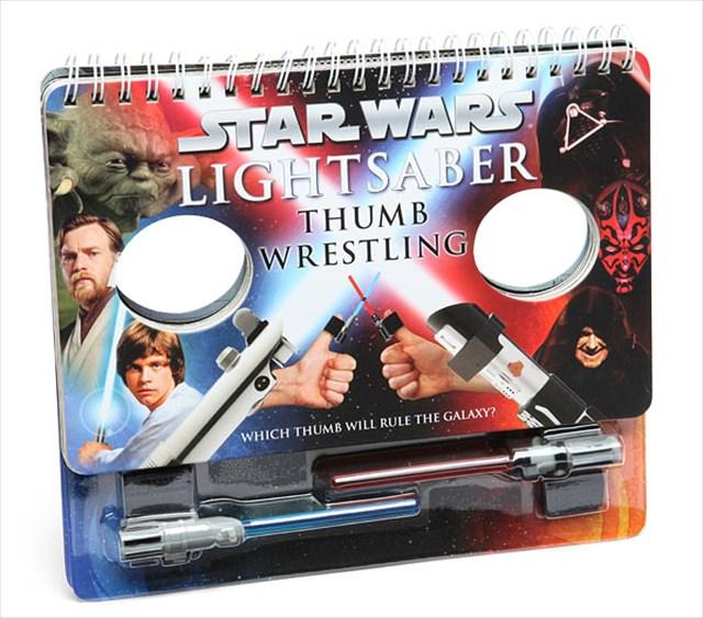 指にライトセーバーを装着して指相撲ができる「Star Wars Lightsaber Thumb Wrestling」