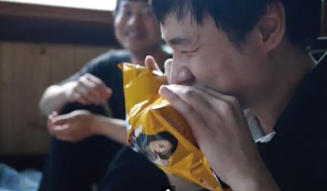 【動画】この発想はなかった!全く新しいスナック菓子の袋の開け方