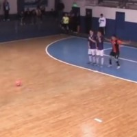 【動画】フットサルの試合で起きた珍事ーとんでもないフェイントでゴール!