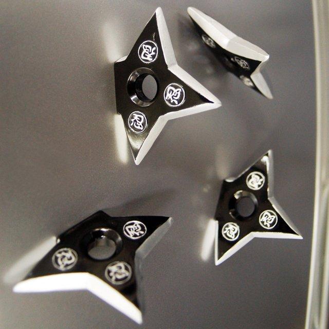 手裏剣が突き刺さっているように見えるマグネット「Shuriken Magnet」