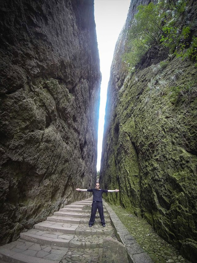 【動画】ウィングスーツで「三本の指」と呼ばれる岩の隙間を通り抜けるスタントが凄い!