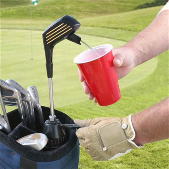 ゴルフクラブかと思いきや飲み物が!ゴルフクラブ型のディスペンサー
