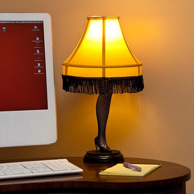 """網タイツを履いた官能的な脚型のランプ「20"""" Christmas Story Leg Lamp」"""