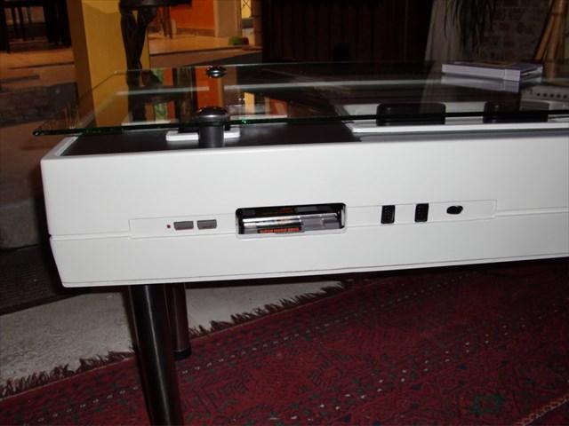 巨大なファミコンのコントローラー型コーヒーテーブル「Nintendo NES Controller Coffee Table」