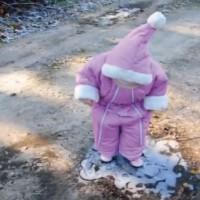 【動画】小さな女の子が初めて氷の上を歩く姿を収めた動画がカワイイ!注目は0:12付近w