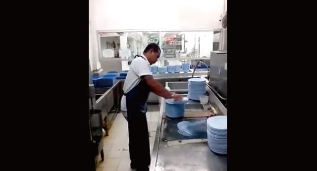 【動画】10秒で50枚の皿を洗う超高速皿洗い職人が凄い!てかちゃんと洗えてるのこれw