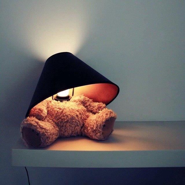 テディーベアが遊んでいるように見えるルームランプ「Teddy Bear Lamp」