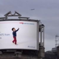 これは斬新!フライト情報を取得して男の子が飛行機を追いかけるように動き出す電子看板
