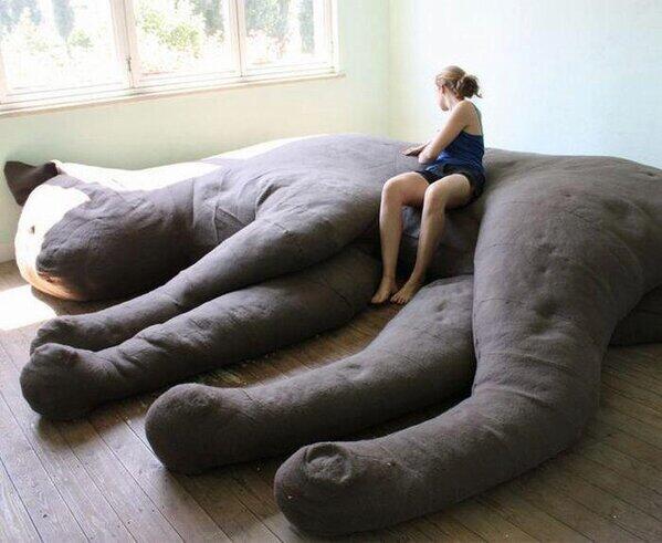 「超巨大な猫が寝転がっているようなソファー」がTwitterで話題に