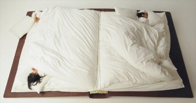 大きな本のページに挟まって寝ているような布団 by Yusuke Suzuki