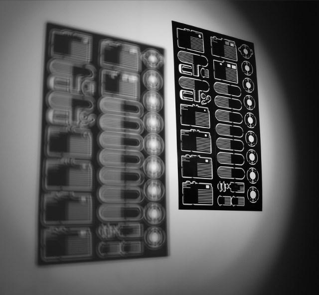 描かれたパーツを取り出して組み立てるとライカのレプリカになるポスター「Leica DIY」