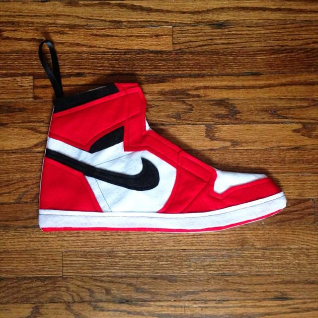 サンタがプレゼントをダンクするかも!?「エアジョーダンⅠ」を再現したクリスマス用の靴下