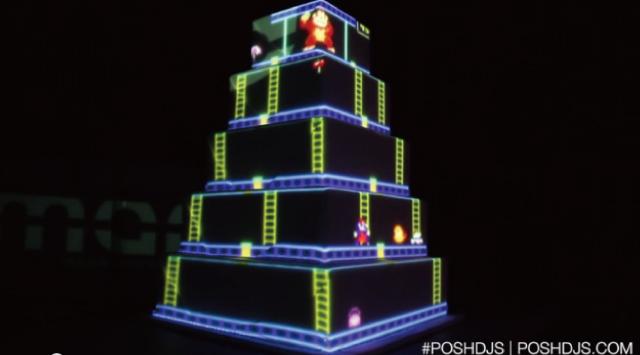【動画】プロジェクションマッピングでドンキーコングを投影したウエディングケーキ