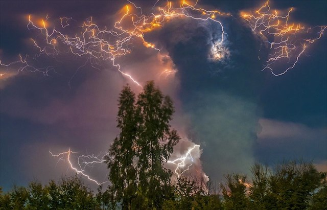 まるでこの世の終わりだ!チリで噴火した火山の様子を収めた写真が凄い!