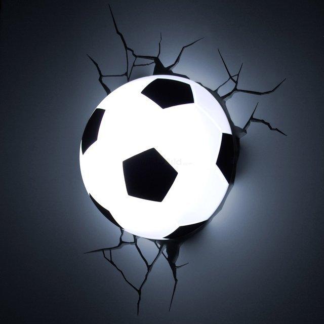 サッカーボールが壁にめり込んだようなライト「Soccer Ball 3D Deco Light」