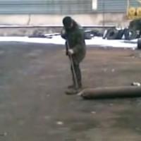 【動画】ガスボンベを棒でツンツンしていたら・・・