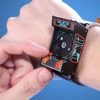 レトロなアーケードゲーム機型の腕時計「Classic Arcade Wristwatch」