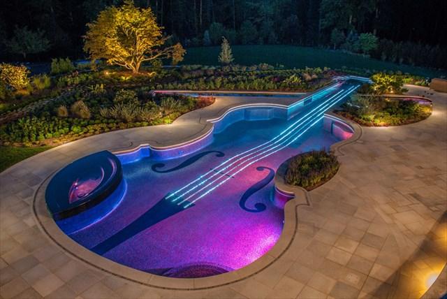 ストラディバリウスのバイオリンを模した美しすぎるスイミングプール