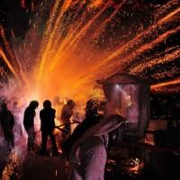 台湾で行わている世界で最も危険な祭「蜂の巣花火大会」が凄い!